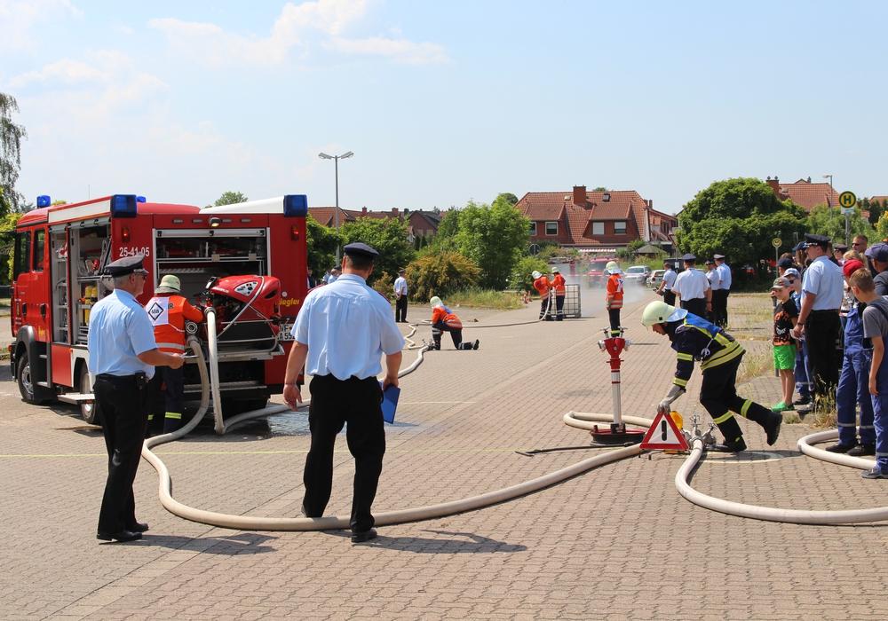 In Sickte gab es heute Leistungsüberprüfungen der Feuerwehren der Samtgemeinde zu sehen. Foto: Jonas Walter