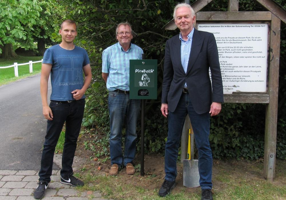Philipp Lüer, CDU-Bürgermeisterkandidat Joachim Lüer und Friedrich von Veltheim haben den ersten von drei Hundekotbeutelspendern aufgestellt. Foto: CDU-Ortsverband Destedt