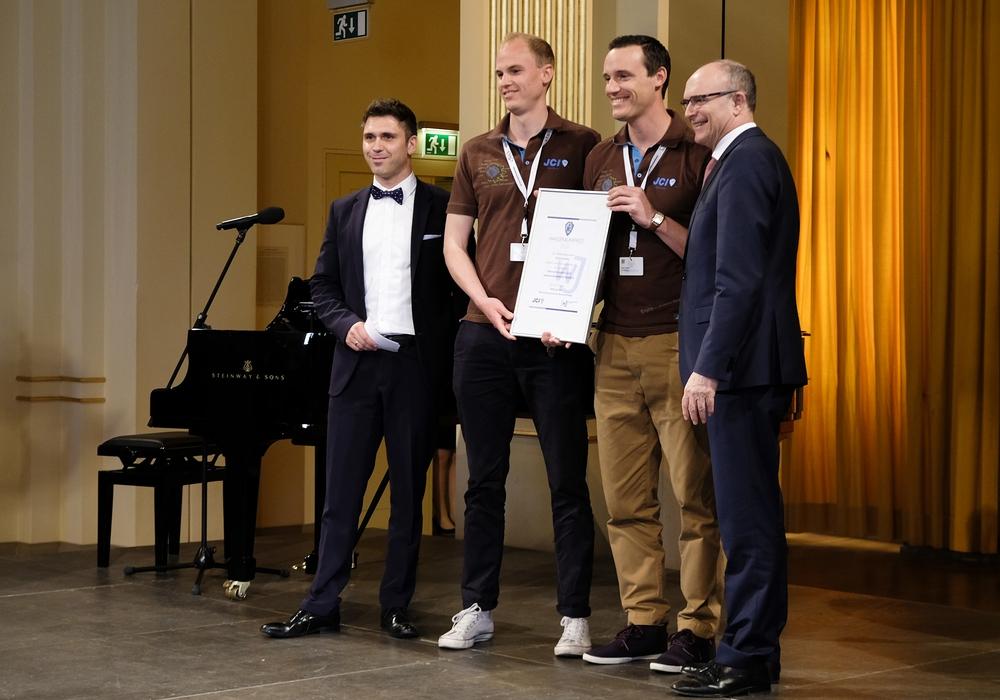 die Braunschweiger Wirtschaftsjunioren Sven Streiff (rechts) und Timo Sören Wesemann nehmen den Preis entgegen. Foto: Privat
