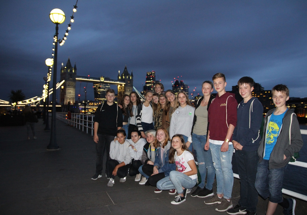 Gruppenbild mit Tower Bridge. London hat viele Sehenswürdigkeiten für diese Jugendlichen aus dem Landkreis Wolfenbüttel zu bieten. Foto: Landkreis Wolfenbüttel