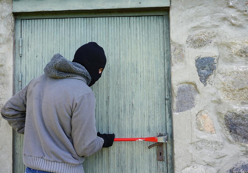 Bisher unbekannte Täter drangen gewaltsam durch eine Seiteneingangstür in die Räumlichkeiten der Lotto-Filiale ein. Symbolfoto: Pixabay
