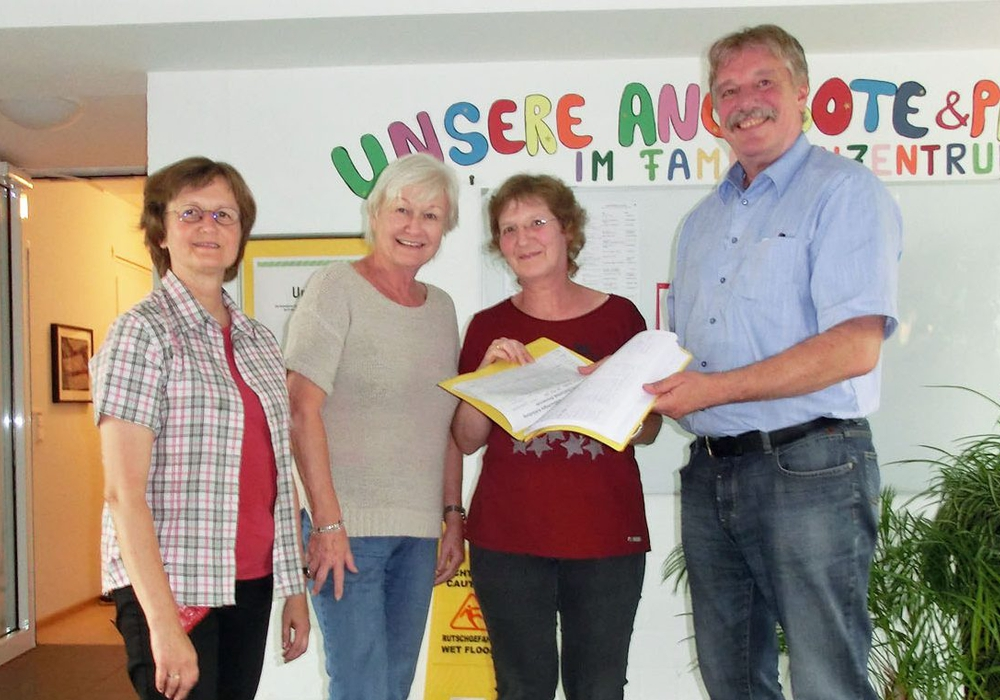 Anna Jilge (l.) und Maike Hude (2.v.r.) übergaben gestern die Unterschriftenliste an Gabriele Baeker und Ralf Mühlisch. Foto: privat