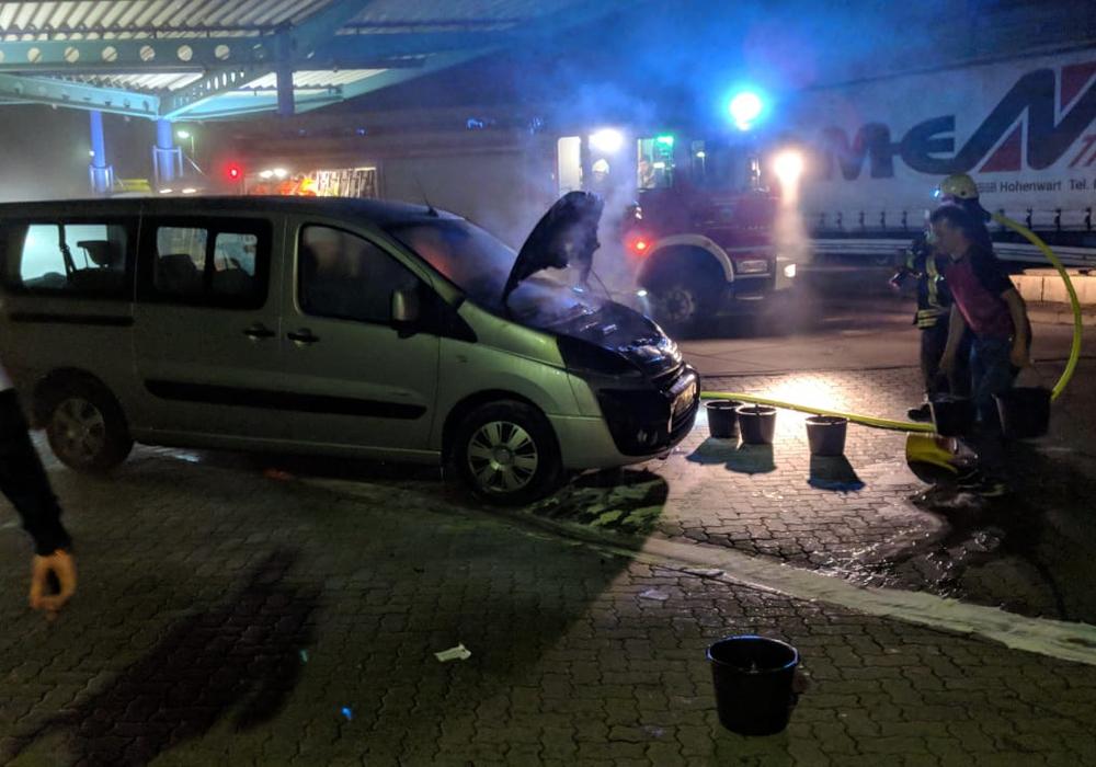 Die Ortsfeuerwehr musste das brennende Auto löschen. Fotos: Feuerwehr Helmstedt
