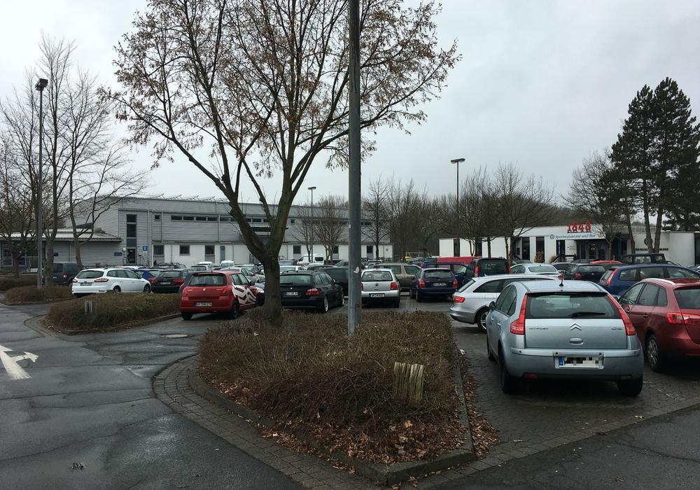Vor allem bei größeren Veranstaltungen ist die Parkplatzsituation an der Lindenhalle angespannt. Archivfoto: Alexander Dontscheff