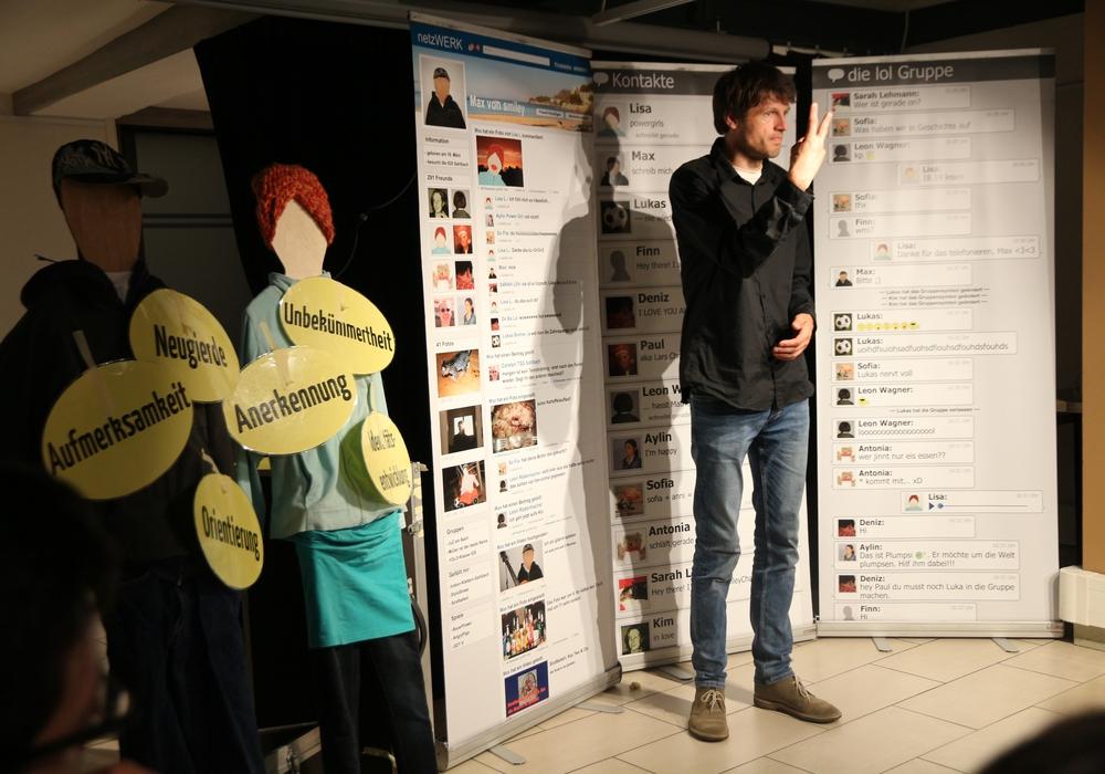 Referent Moritz Becker vom medienpädagogischen Verein Smiley aus Hannover. Foto: Landkreis Peine