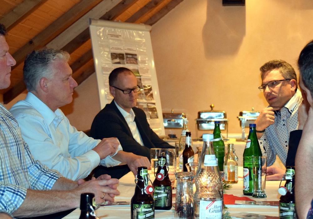 Rund 30 Unternehmerinnen und Unternehmer diskutieren mit städtischer Wirtschaftsförderung, Oberbürgermeister Dr. Oliver Junk, pro Goslar e. V. und Gastgeber Alexander Samawatie über die Nachfolge in Unternehmen. Foto: Stadt Goslar
