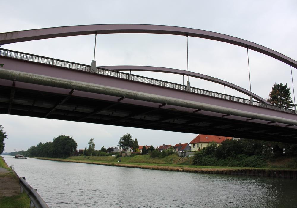 Auf der Autobrücke über den Mittellandkanal zwischen Thune und Wenden sind in den letzen Tagen immer wieder Jugendliche zu beobachten, die über das Geländer klettern und den Sprung in den Kanal wagen. Foto: Robert Braumann