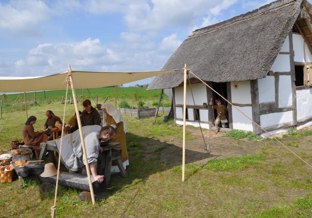 In originalgetreuer mittelalterlicher Gewandung beleben Living-history-Darsteller das Gelände. Foto: Veranstalter