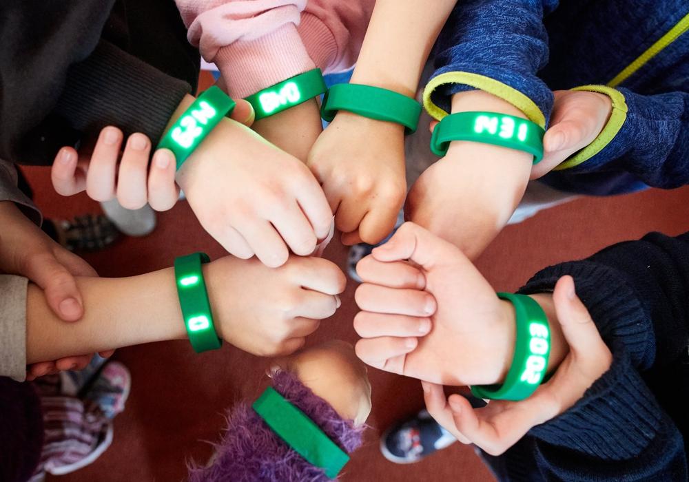1.600 Schüler in der BraWo-Region zählen mit den grünen Fitnessarmbändern jeden Schritt. Foto: planero GmbH