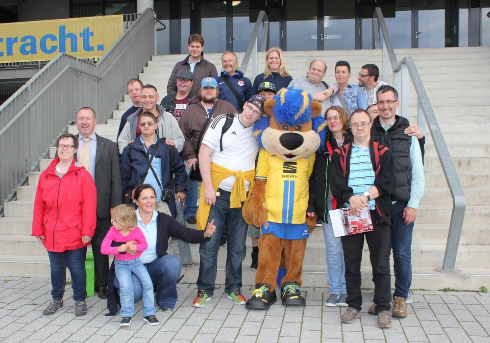 Fröhliche Gesichter der Lebenshilfe Salzgitter und der Wirtschaftsjunioren Braunschweig mit Leo. Foto:  Andreas Werner