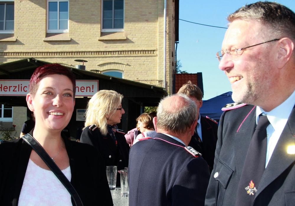 Sarah Grabenhorst-Quidde im Gespräch mit Klaus Liekefett, Schriftführer des Musikzuges. Foto: CDU, Hans Verstegen