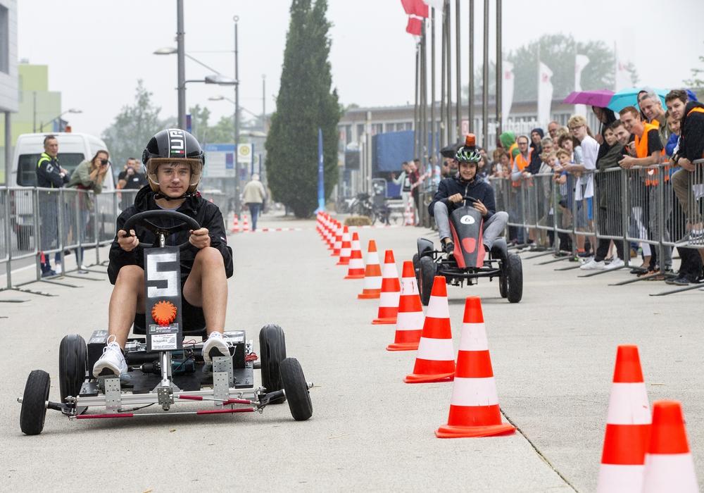 Zwei Teilnehmende AkkuRacer-Teams liefern sich ein packendes Rennen. Foto: Stadt Wolfsburg