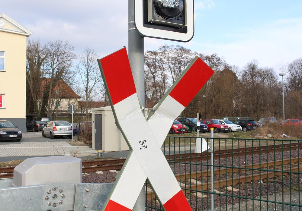 Ein Autofahrer blieb am Donnerstag mit seinem Auto auf einem Bahnübergang stehen. Symbolfoto: Jan Borner