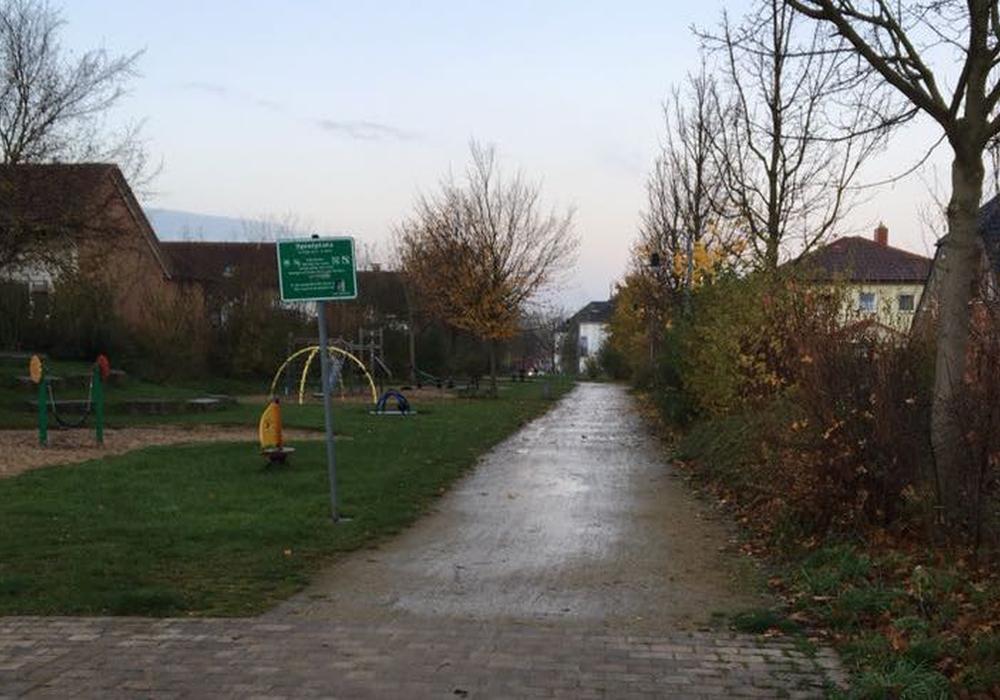 Ob und wann der Gehweg am Spielplatz Josef-Müller-Straße, Dietrich-Bonhoeffer-Straße asphaltiert wird, steht nicht genau fest. Foto: privat