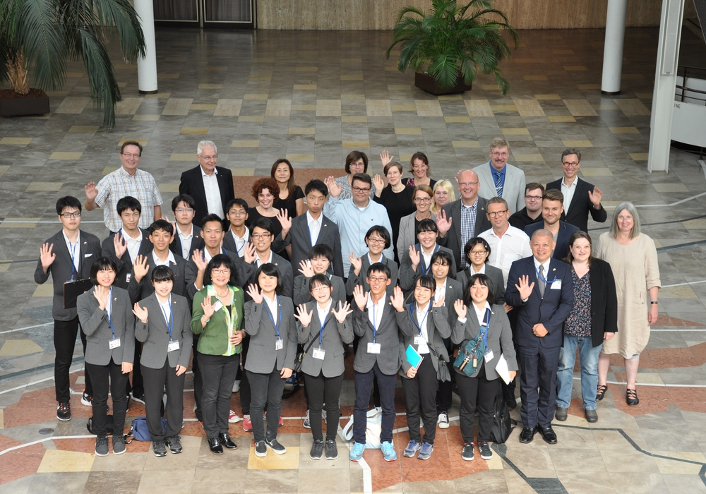 Oberbürgermeister Klaus Mohrs empfängt zusammen mit Vertretern aus Politik und Verwaltung eine Schülergruppe aus Nagoya/Japan. Foto: Stadt Wolfsburg