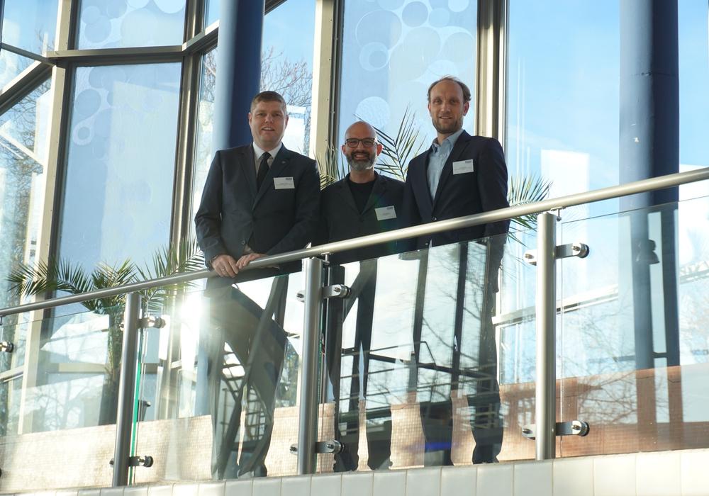 Christoph Kaufmann (Abteilungsleiter Tourismusvertrieb der WMG), Holger Sigmund (Servus Tourismuspartner OG) und Jens Hofschröer (Geschäftsführer der WMG). Foto: Wolfsburg Wirtschaft und Marketing GmbH