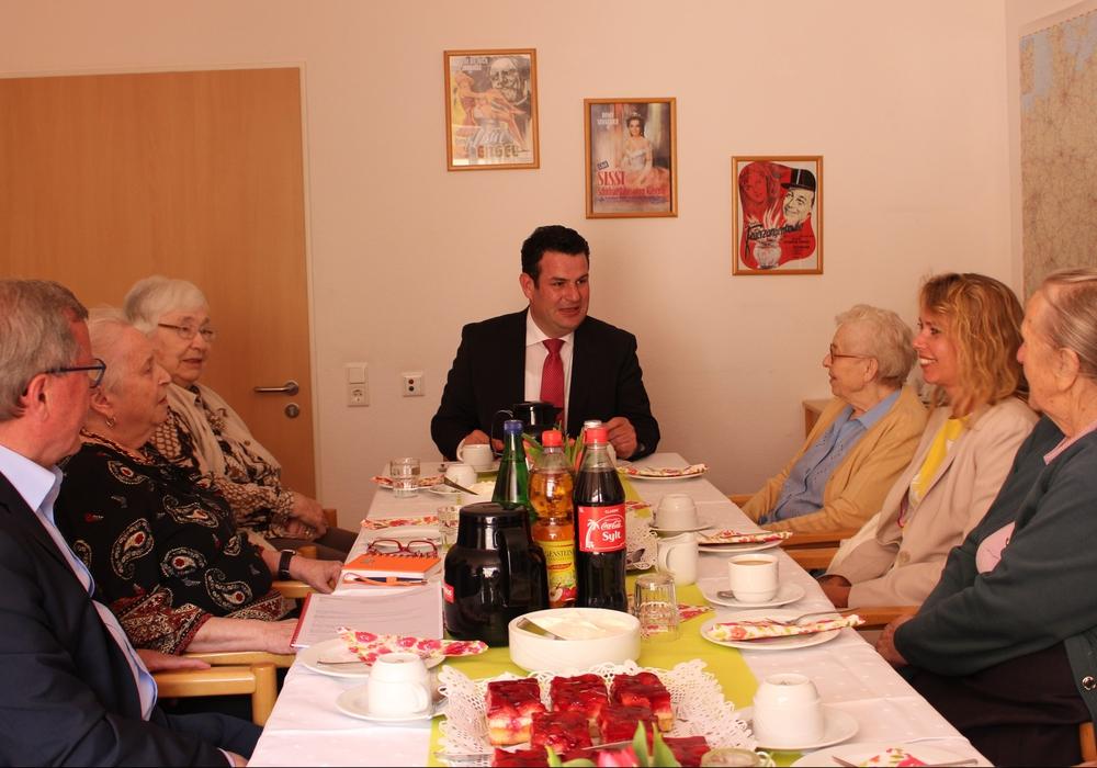 Der Bundestagsabgeordnete Hubertus Heil (SPD) war zu Gast im AWO-Heim im Vechelde. Fotos: Frederick Becker