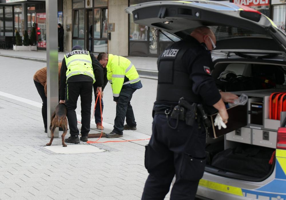 Die Polizei setzte am Nachmittag einen Spürhund in der Stadt ein. Fotos: Rudolf Karliczek