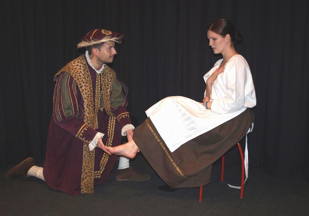"""kleine bühne Wolfenbüttel e.V. zeigt:  """"Aschenputtel"""". Hier: Der Prinz (Sascha Kropf) findet nach langer Suche das arme Mädchen Aschenputtel (Marie Cécile Perrin) Foto: Privat"""