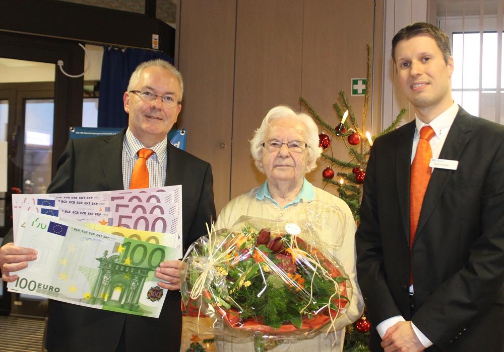 Hans-Dieter Reichelt und Björn Roschanski gratulieren Erna Wurmsee zum Gewinn. Foto: Anke Donner