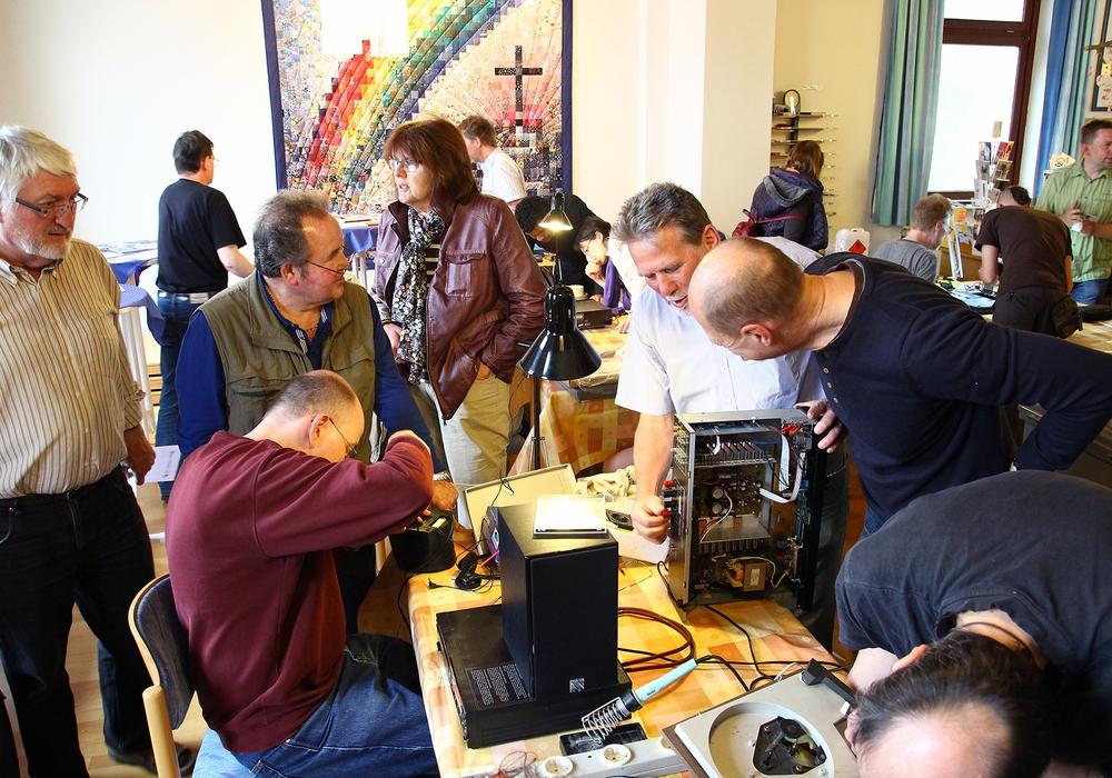 Das Reparaturcafé hilft bei kniffligen Problemen mit defekten elektronischen Geräten weiter. Foto: Thorsten Raedlein
