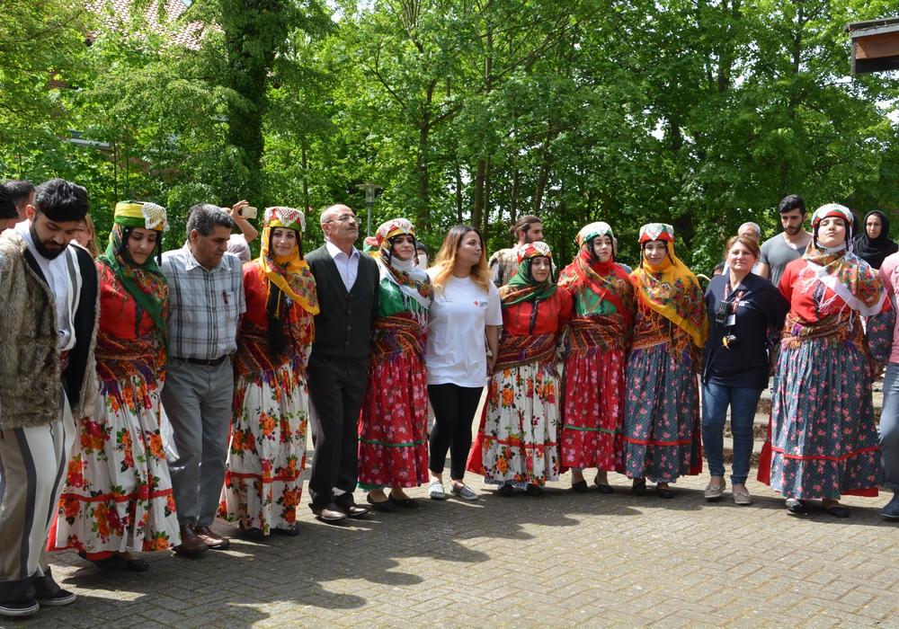 Kurdische Volkstanzgruppe tanzte beim Fest der Begegnung mit Besuchern. Foto: Privat