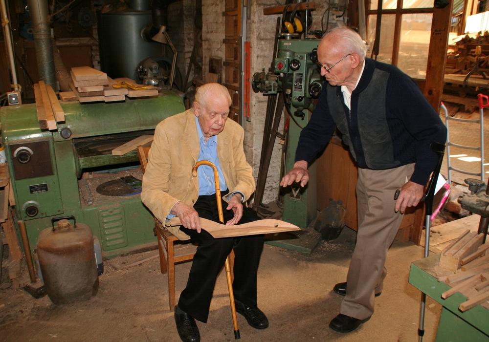 Günter Wiemann in der Werkstatt von Walter Minderlein, der einen Asphaltspachtel vorstellt. Foto: Privat