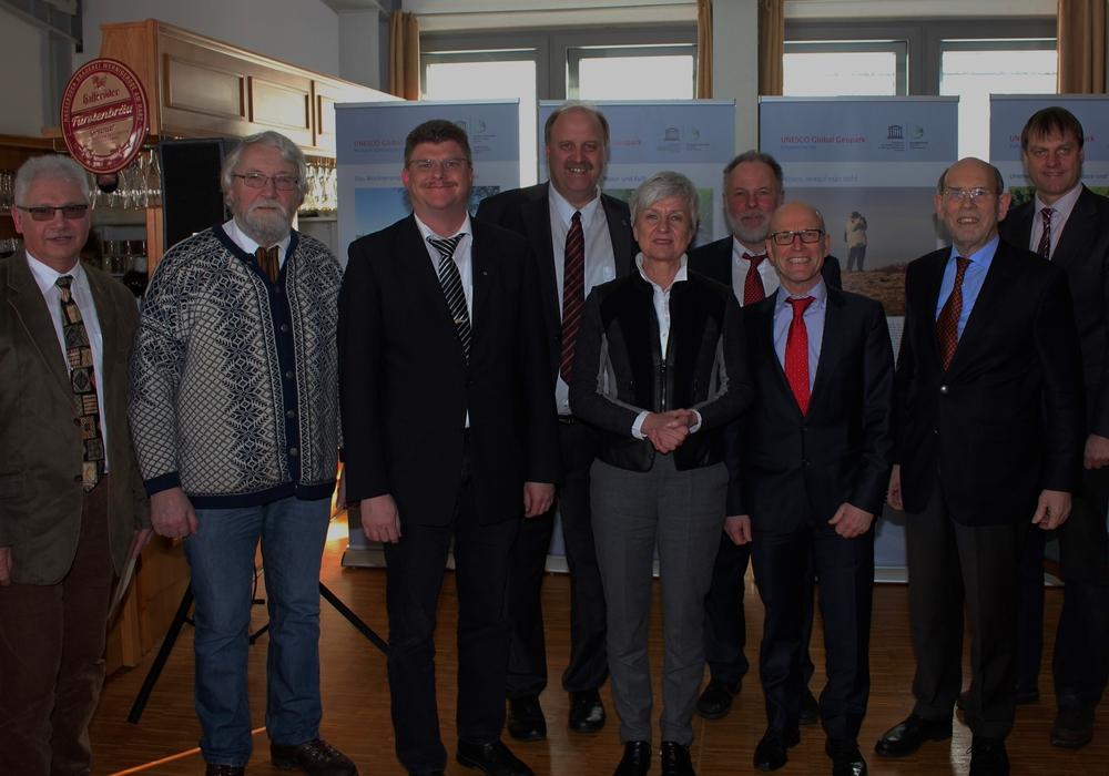 Geopark-Akteure im Braunschweiger Land (von links nach rechts): Henry Bäsecke (BM Schöningen), Karl-Friedrich Weber (FEMO-Vorsitzender), Alexander Hoppe (BM Königslutter), Andreas Memmert (BM Schladen-Werla), Christina Steinbrügge (Landrätin LK Wolfenbüttel), Götz Stehr (Stadt Wolfsburg), Hans-Werner Schlichting (1. Kreisrat LK Helmstedt), Minister a.D. Walter Hirche (Deutsche UNESCO-Kommission) und Detlef Kaatz (BM Cremlingen). Foto: Privat