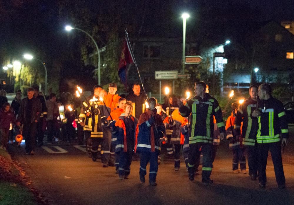 Angeführt wurde der Laternenumzug von den Kindern der Jugendfeuerwehr. Fotos: Werner Heise