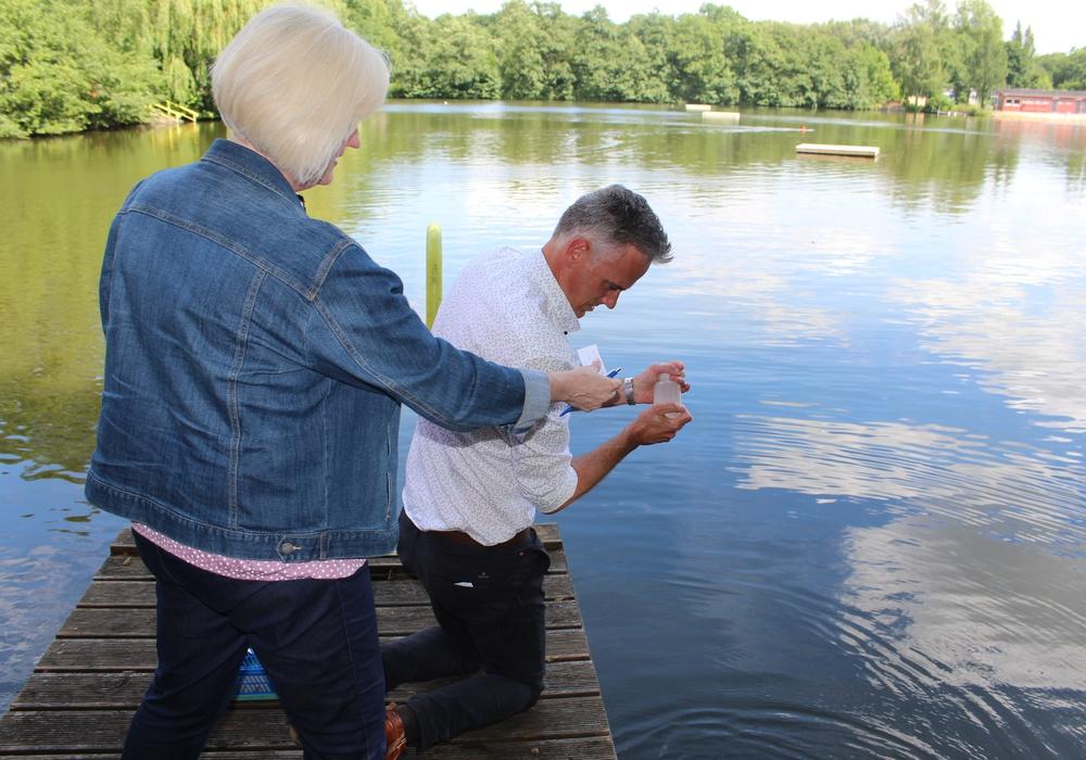 Martina Neumann und Tobias Lenz vom Gesundheitsamt nahmen die Wasserproben an zwei verschiedenen Stellen des Sees. Fotos: Alexander Dontscheff