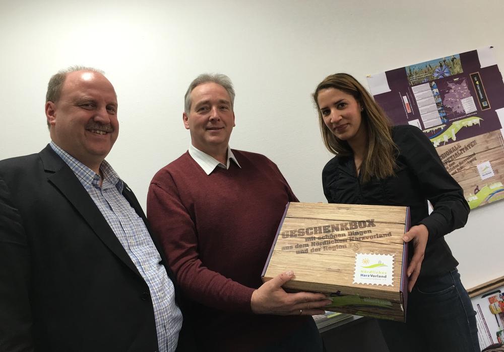Andreas Memmert (Vorsitzender) und Jessica Lau (Geschäftsstelle) überreichen Frank Oesterhelweg (MdL) eine der neuen Geschenkboxen, Foto: Privat