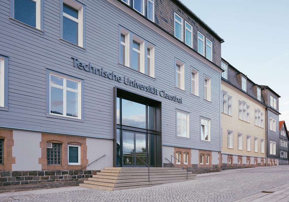 Der historische Eingang der TU Clausthal. Foto: Technischen Universität Clausthal/Christian Kreutzmann