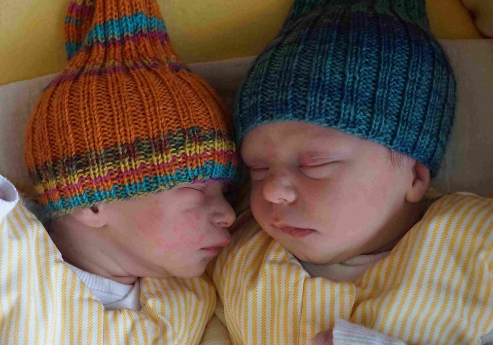 Schlafend im Bettchen: Die Zwillinge Nilas und Ziva. Foto: Klinikum
