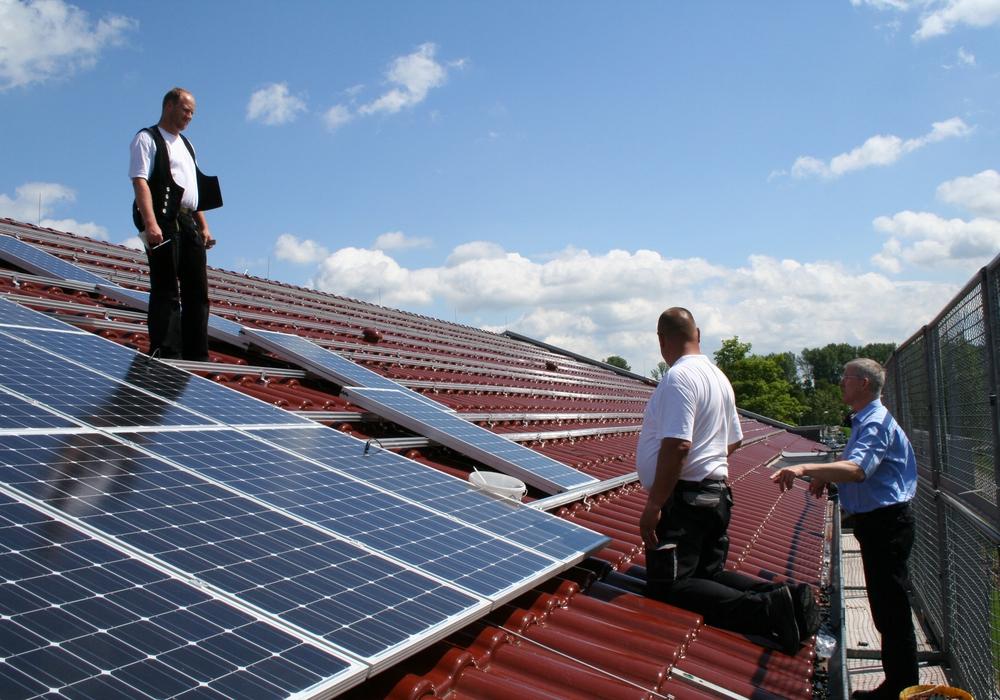 Errichtung einer PV Anlage auf dem eigenen Dach: Fabian Hanker (rechts) mit Handwerkern aus der Region. Foto: Stadtwerke Wolfenbüttel GmbH