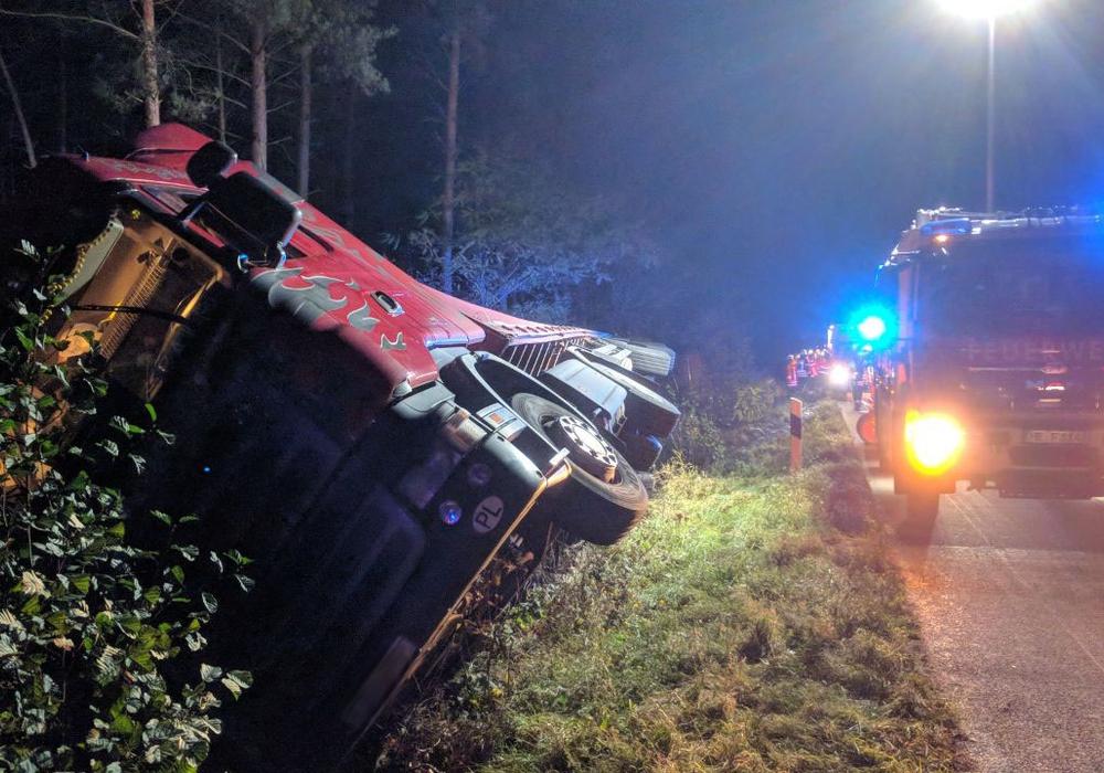 Die Fahrt dieses LKW endete im Graben. Fotos: Feuerwehr Helmstedt