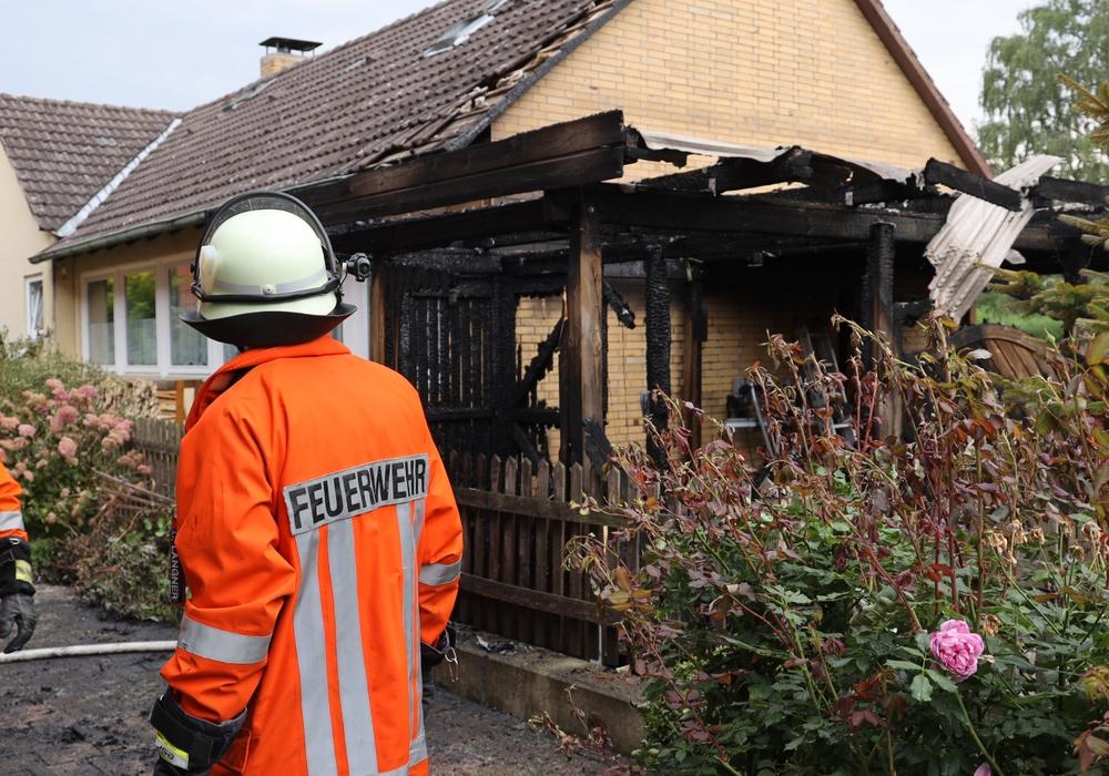 Trotz dass der Carport zerstört wurde, konnten die Feuerwehren das Wohnhaus retten - es blieb nahezu unbeschädigt. Foto. Rudolf Karliczek