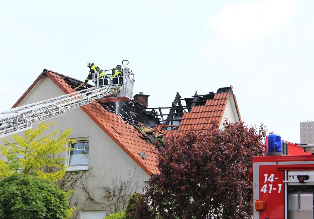 Der Dachstuhl des Hauses ist schwer beschädigt. Foto: Christoph Böttcher
