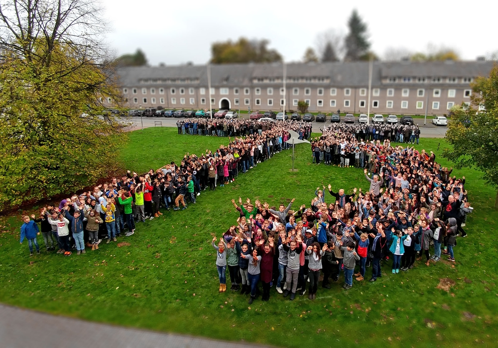 Die knapp 800 Schüler des Kranich Gymnasiums bildeten eine riesige 75 vor der Schule. Video/Fotos: Alexander Panknin