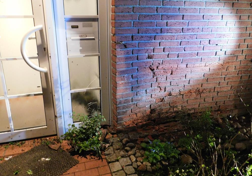 Die beschädigte Hauswand - der Verursacher fuhr unerkannt mit seinem Fahrzeug davon. Foto: Polizei Peine