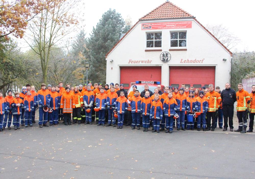 Früh übt sich, wer ein richtiger Feuerwehrmann werden will. Hier die Bewerber mit ihren Helfern in Lehndorf. Foto: Nino Milizia