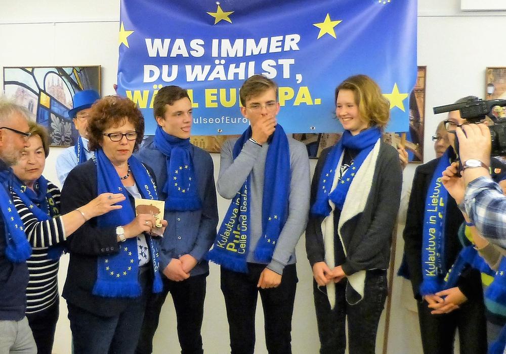 Pulse of Europe Goslar bei einer seiner vielen Wahlaktionen, hier mit Schülern aus Litauen. Foto: Privat