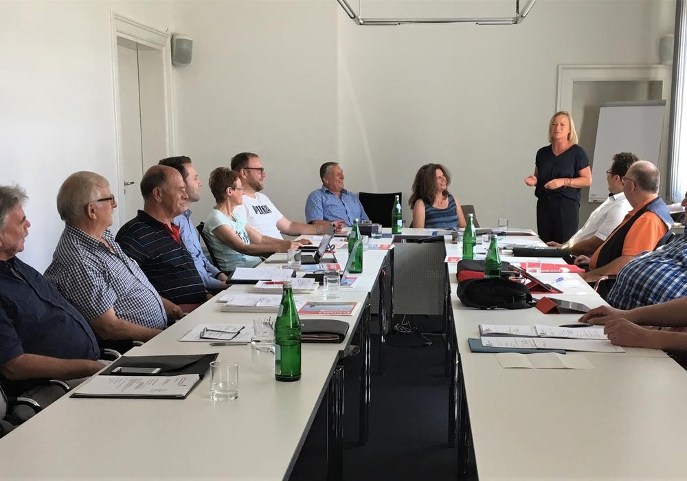 Die Landtagsabgeordnete Dunja Kreiser im Gespräch über Jugend-Prävention mit der SPD Kreistagsfraktion. Foto: SPD