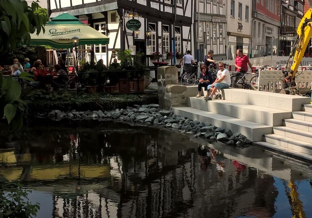 Während am Sonntag in der Wolfenbütteler Innenstadt das 4. Regionale Musikfest stattfand, verweilten schon einige Leute auf der neuen Oker-Treppe. Foto: Beate Zgonc