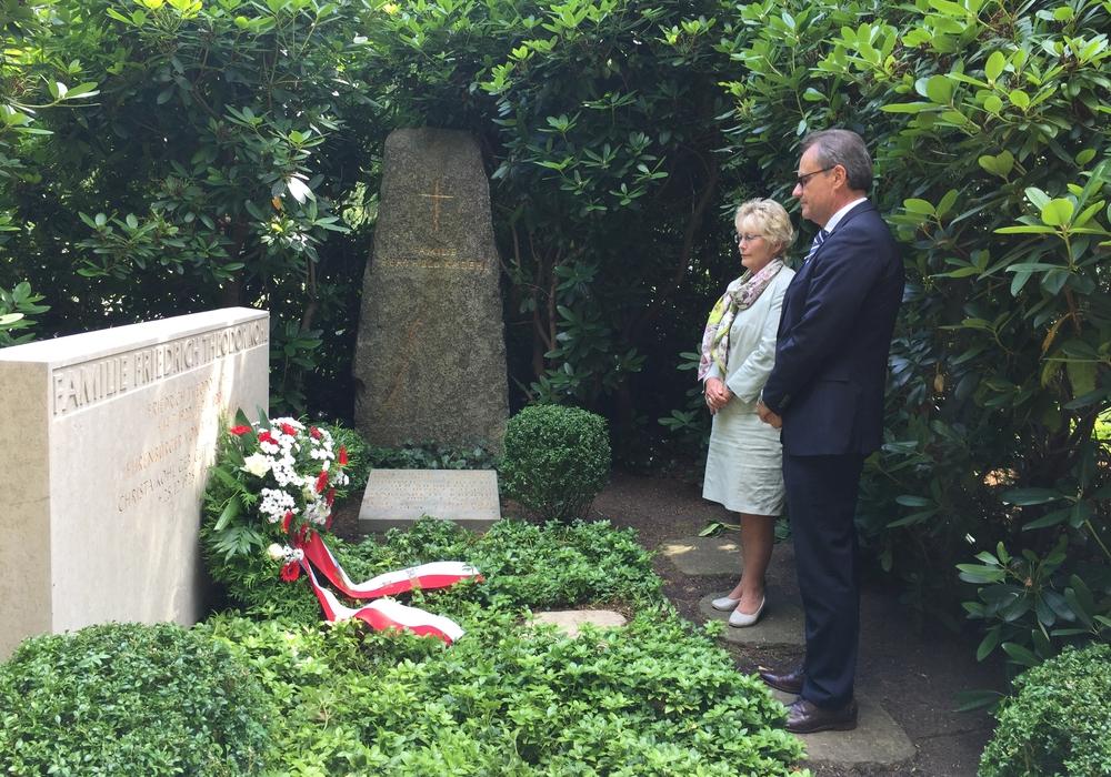 Oberbürgermeister Ulrich Markurth legte einen Kranz am Grab von Friedrich Theodor Kohl, einem Ehrenbürgers der Stadt,  nieder. Foto: Anke Donner