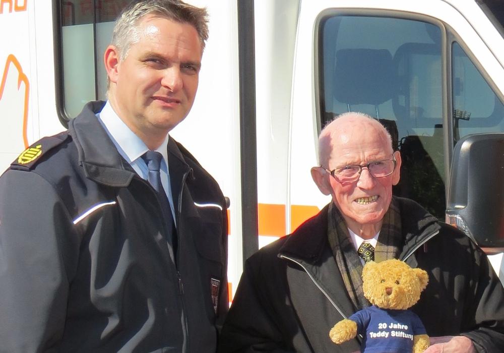 Manuel Stanke (Geschäftsbereichsleiter Brand- und Katastrophenschutz) und Teddy-Opa Rudolf Wöhl. Foto: Stadt Wolfsburg