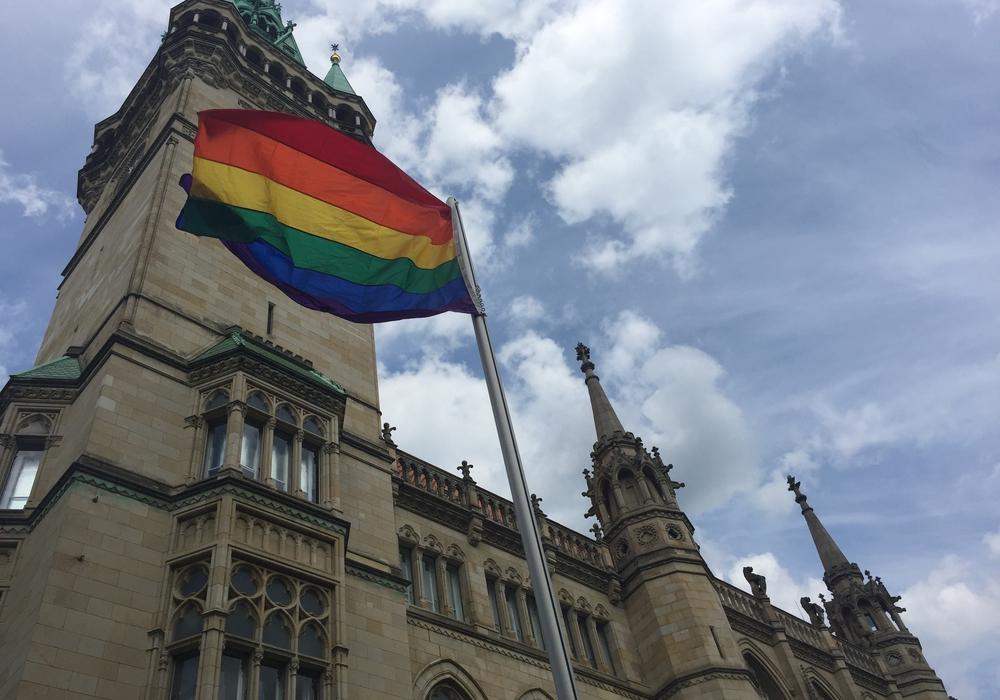 Am Freitag wurde am Rathaus die Regenbogenflagge gehisst. Damit fiel der Startschuss für das Sommerloch-Festival 2017. Foto: Anke Donner