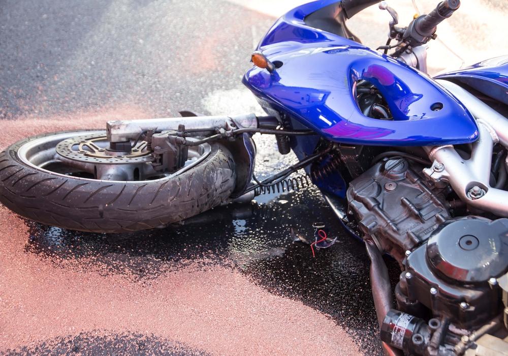 Der Motorradfahrer hatte auf nasser Straße die Kontrolle verloren. Foto: Rudolf Karliczek