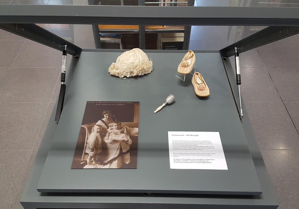 """Blick in die Vitrine mit zum Thema """"Herzogin"""". Foto: Schlossmuseum"""