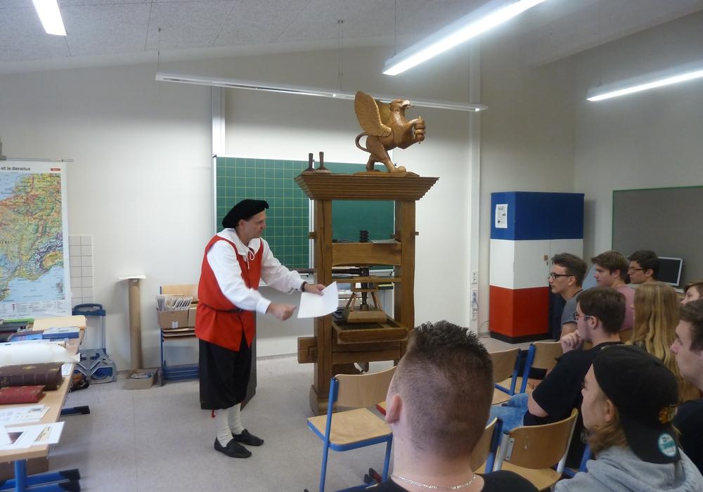 Die Erfindung des Buchdrucks wurde den Schülern mit Hilfe einer Gutenberg-Presse vorgeführt. Foto: IGS Lebenstedt