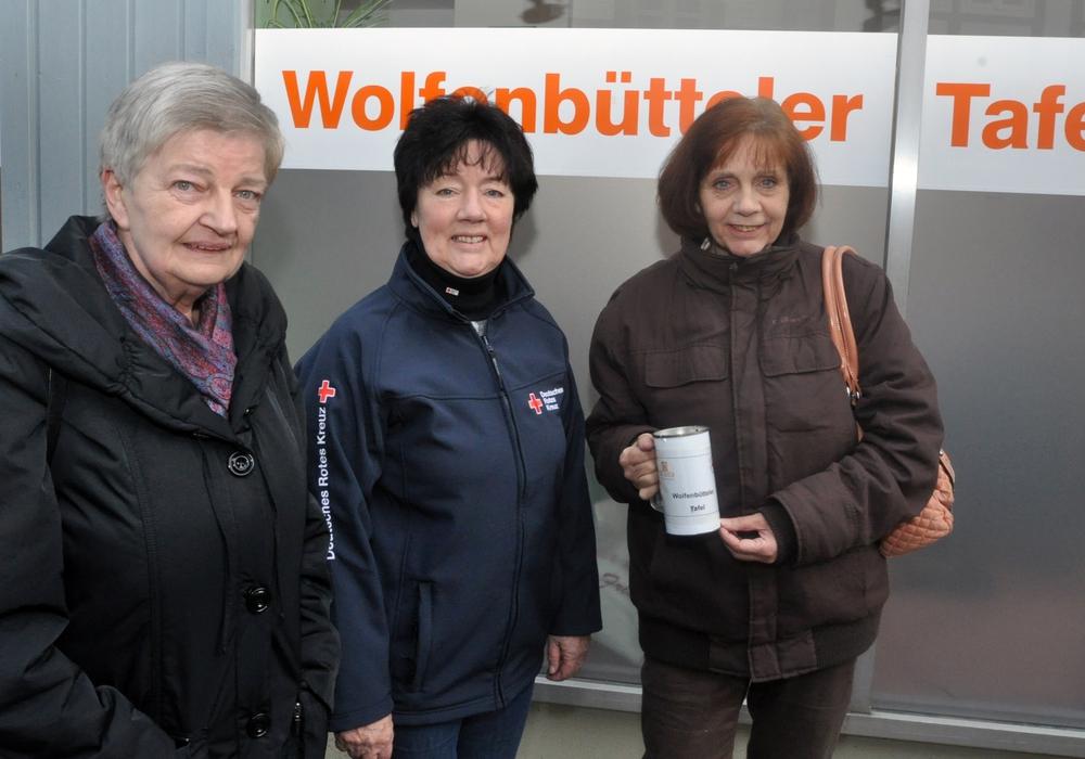Spende für die Tafel. Andrea Wolff (rechts) überreichte zusammen mit Helga Frohse (links) die gesammelten Spenden an Juliane Liersch. Foto: DRK